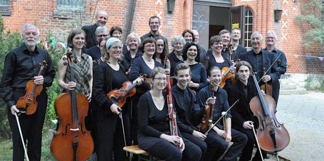 Mit neuem Dirigenten: Das Schmöckwitzer Kammerorchester wählte 2015 Gabriel Safron zu ihrem Dirigenten. (Foto: Schmöckwitzer Kammerorchester)