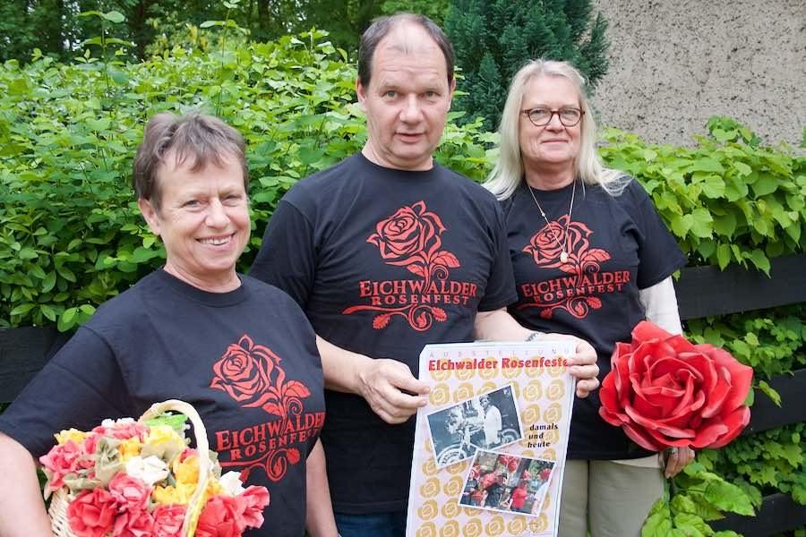 Cornelia Lotsch (links), Jörg Jenoch und Claudia Eichler stellten kürzlich das Programm zum 50. Rosenfest in Eichwalde vor. (Foto: Jörg Levermann)
