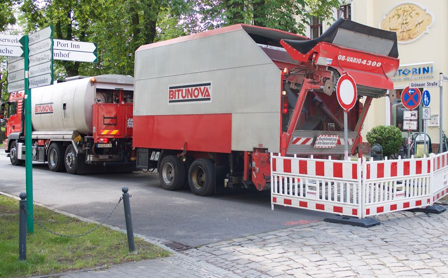Eichwalde. Noch bis zum 24. Juni 2016 sind die Wusterhausener und Grünauer Straße von der Einmündung Friedenstraße bis zur Bahnhofstraße gesperrt. Grund für die Vollsperrung ist eine Fahrbahnsanierung, bei der Risse beseitigt und Einfassungen von Kanaldeckeln sowie die Fahrbahnränder ausgebessert werden. (Foto: Jörg Levermann)