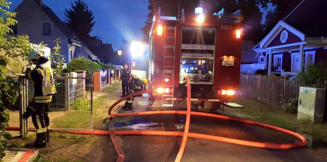 In einem rund vierstündigen Einsatz löschte die Eichwalder Feuerwehr einen Garagenbrand, unterstützt von Zeuthener und Schulzendorfer Kameraden. (Foto: FW Eichwalde, Sven Bücksler)