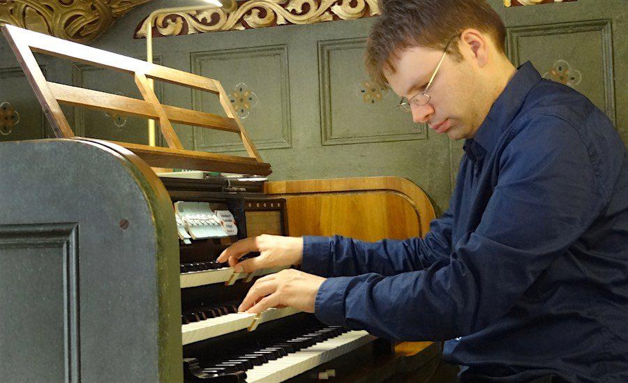 Organist Jack Day an der Parabrahmorgel der evangelischen Kirche am Händelplatz. (Foto: Burkhard Fritz)