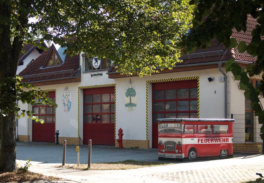 1994 wurde es in Dienst gestellt, das Gerätehaus der Freiwilligen Feuerwehr in Eichwalde. Insgesamt vier Fahrzeuge sind darin untergebracht. Im Obergeschoss befindet sich ein Schulungssaal und weitere Räume. (Foto: Jörg Levermann)