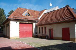 Auf der Rückseite des Feuerwehrgerätehauses ist noch Platz für einen Anbau. (Foto: Jörg Levermann)