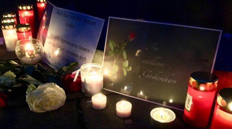 Als ein Zeichen gegen Terror und Gewalt und im Gedenken an die Opfer des Anschlags am Montag in Berlin legten viele Menschen in Eichwalde Blumen an der Alten Feuerwache ab, entzündeten Kerzen. (Foto: Jörg Levermann)
