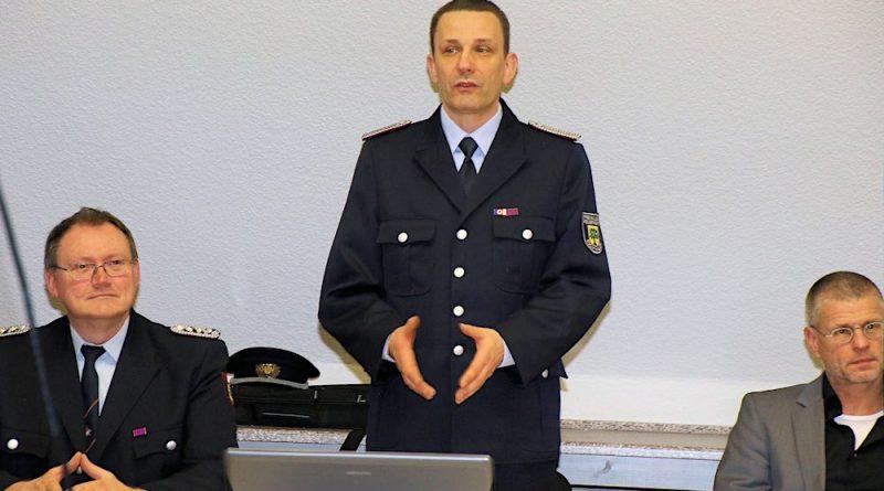 Wehrleiter René Schildberg (Mitte) zog Bilanz über die geleistete Arbeit des vergangenen Jahres. (Foto: Christian Dederke