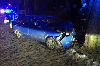 Zweiter Unfall am Abend: Fahrer mit gesundheitlichen Problemen prallte gegen Baum. Zweiter Unfall am Abend: Fahrer mit gesundheitlichen Problemen prallte gegen Baum. (Foto: Stefano Hoffert, FW Eichwalde)
