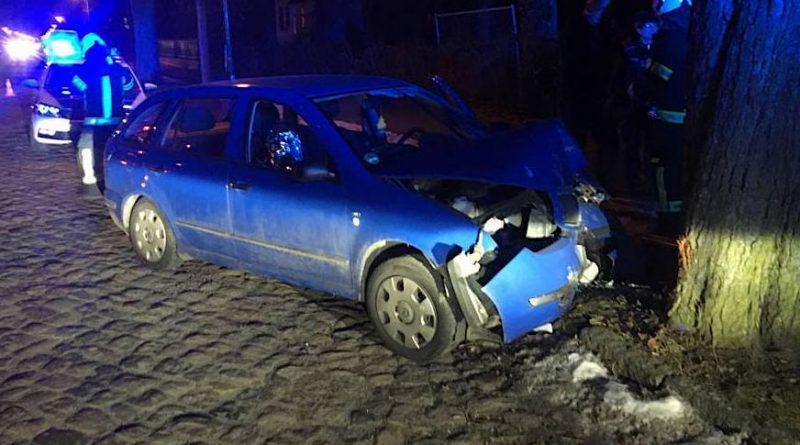 Zweiter Unfall am Abend: Fahrer mit gesundheitlichen Problemen prallte gegen Baum.