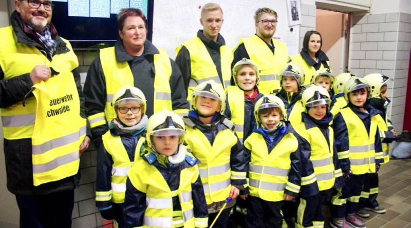 Nagelneue Warnwesten stiftete Peter Goyowczyk dem Feuerwehrnachwuchs in Eichwalde. (Foto: Jörg Levermann)