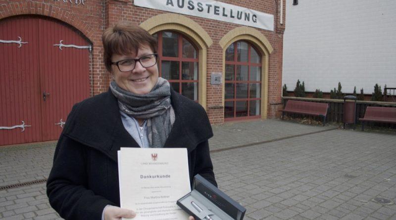 Die Freude und Überraschung für die Auszeichnung als Ehrenamtlerin des Monats ist Martina Büttner ins Gesicht geschrieben. (Foto: Jörg Levermann)