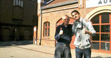 Christian Dederke (rechts) und Jörg Levermann (links) vor dem Kulturzentrum Alte Feuerwache in Eichwalde.